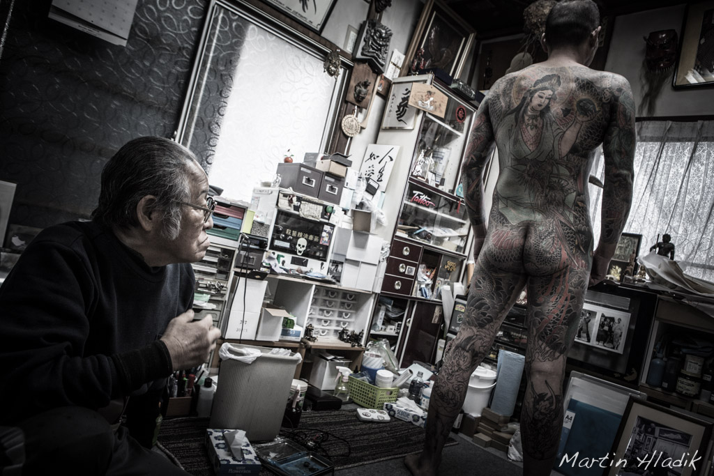 Horiyoshi III checking tatoo